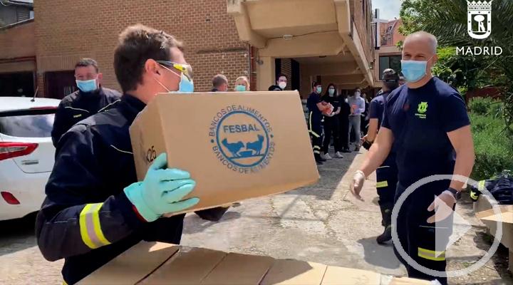 Bomberos ayudan en la entrega de alimentos en Vallecas
