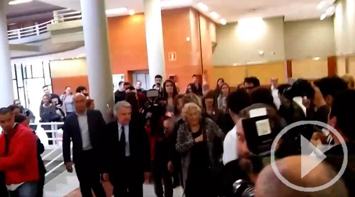 Piropos a Carmena en la entrada de la Facultad de Derecho de la Autónoma