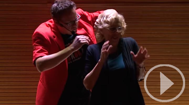 Manuela Carmena, improvisada ayudante de magia para niños saharauis
