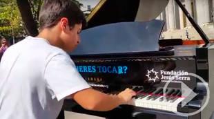 Ocho pianos de cola y las virtuosas manos de un estudiante de conservatorio