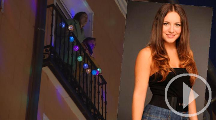 La actriz Claudia Molina canta desde su balcón a los sanitarios