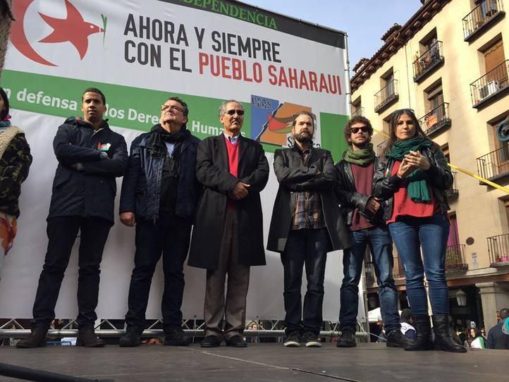 Asistentes a la manifestación por la autodeterminación del Sáhara Occidental y representantes políticos