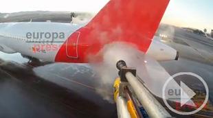 Así realiza Iberia el deshielo de sus aviones en Barajas