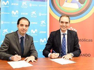 José Carlos Delgado, director general de Movistar Inter FS, y José Antonio Poveda, secretario regional de Escuelas Católicas de Madrid, en la firma de su acuerdo de colaboración.
