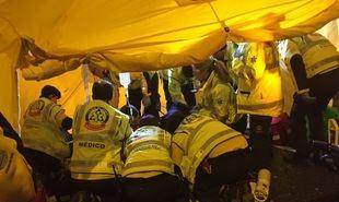 Los servicios de emergencias atienden a la mujer atropellada
