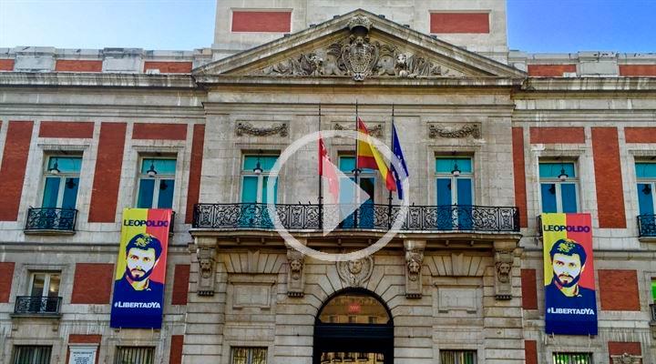 Cifuentes cuelga carteles en apoyo a Leopoldo López