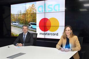 Víctor López, director general de Alsa, y Paloma Real, directora general de Mastercard España