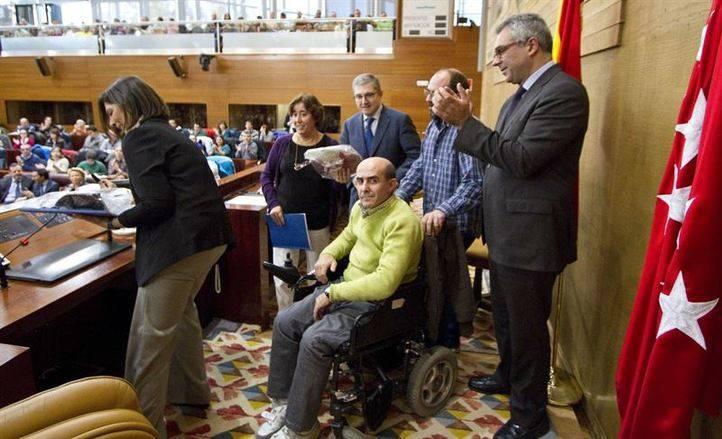La presidenta de la Asamblea de Madrid, Paloma Adrados, y el consejero de Familia y Asuntos Sociales, Carlos Izquierdo, han sido los encargados de dar la bienvenida a las personas con discapacidad intelectual que han acudido a la Asamblea de Madrid.
