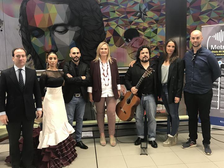 La consejera de Transportes, Rosalía Gonzalo, y el consejero delegado de Metro de Madrid, Borja Carabante, junto a algunos de los músicos que tocarán en el suburbano.