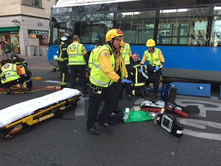 Grave una joven atropellada por un autobús de la EMT