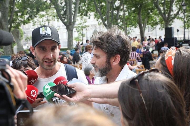 Dani Rovira y Fernando Tejero han acudido con sus perros al acto de Más Madrid en la Plaza de Oriente.