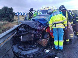 Trasladados dos conductores a diferentes hospitales tras sufrir un choque frontal