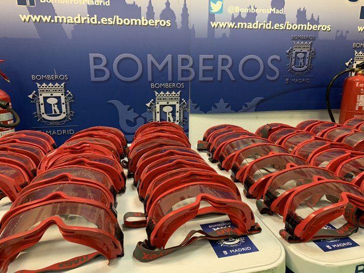 Los Bomberos de Madrid donan 90 gafas para uso sanitario al Hospital 12 de Octubre