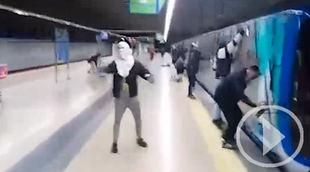 Así actúan los grafiteros que paran vagones de Metro para pintarlos