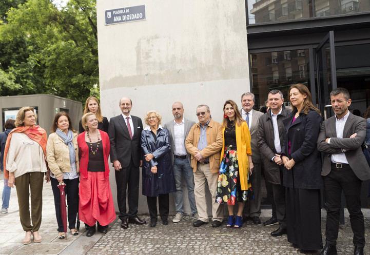 Carmena y familiares de Diosdado en la inauguración de su plaza