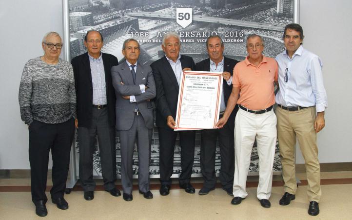 Los veteranos del primer partido en el Vicente Calderón firman un documento conmemorativo del 50 aniversario