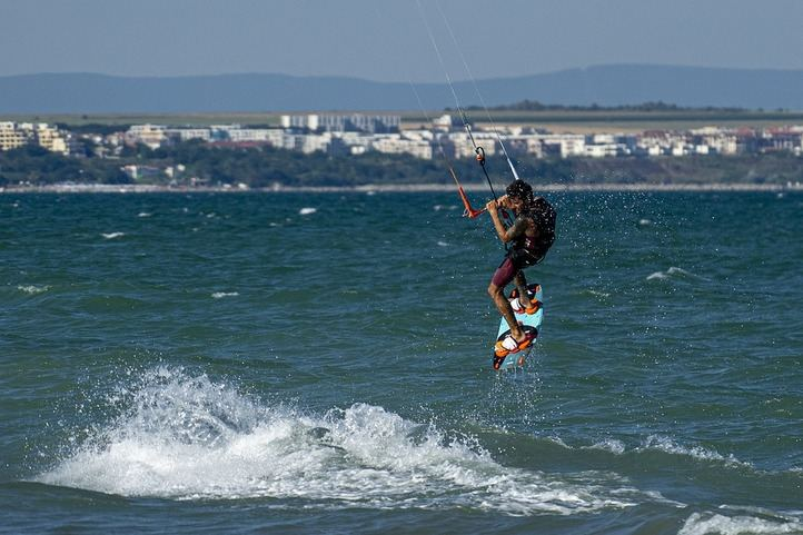 El kitesurf el deporte de moda se puede practicar todo el año en Tarifa