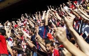 La afición atlética celebra uno de los goles ante el Valencia