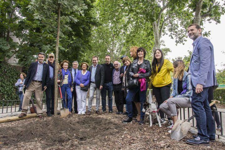 Plantación del primer 'árbol literario' en El Retiro.