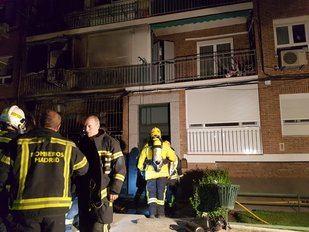 Los Bomberos del Ayuntamiento de Madrid trabajan en la extinción de un fuego en la calle del Toboso, Carabanchel.