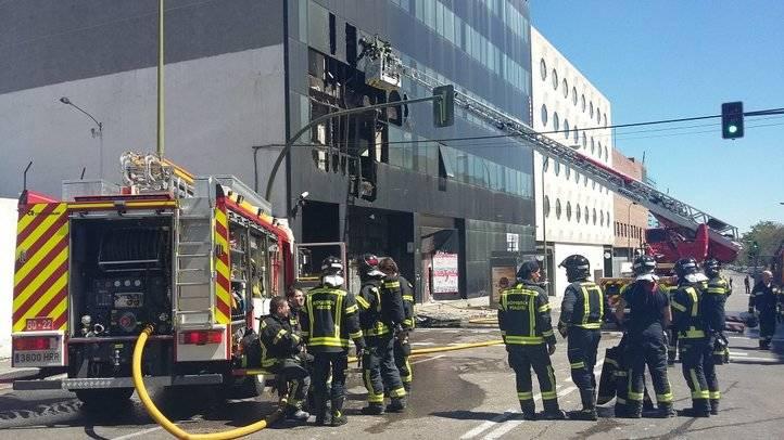 Extinguido un aparatoso incendio en un edificio de oficinas en San Blas