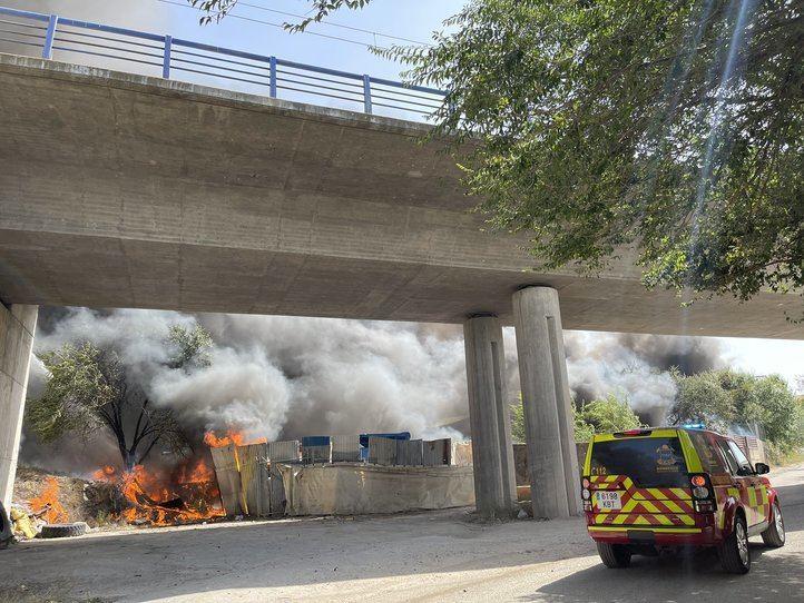 El humo del incendio de unas naves en Loeches obliga a interrumpir el paso del AVE
