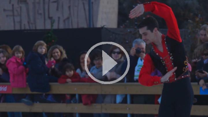 El campeón del mundo, Javier Fernández realiza una exhibición en la pista de hielo de Colón