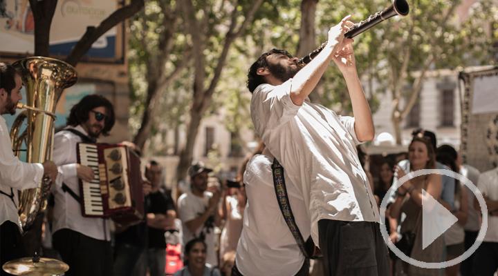 Los músicos de la calle siguen tocando desde sus casas