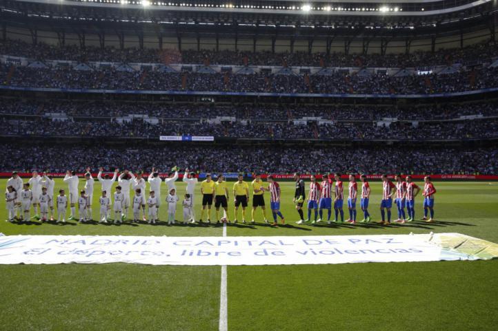 Los jugadores posan al comienzo del partido