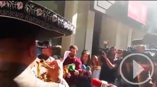 Los Mariachis cantan a Pedro Sánchez en Ferraz