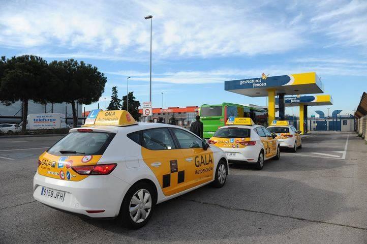 Coches de la Autoescuela Gala en uno de los puntos de recarga de Gas Natural Fenosa