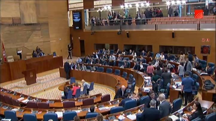 El público abandona el Parlamento tras la suspensión del Pleno