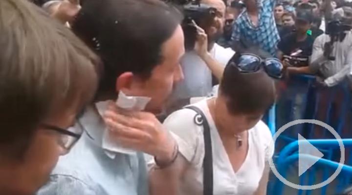 Pablo Iglesias recibido a huevazos por los taxistas