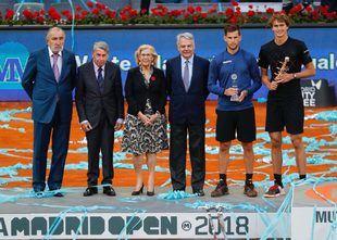 El tenista Manolo Santana, la alcaldesa de Madrid, Manuela Carmena, y el dueño del Open, Ion Tiriac, en la última edición del torneo.
