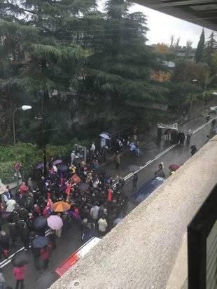 Concentración ante la embajada