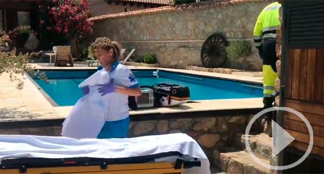 La mujer, de 76 años, permaneció sumergida en la piscina hasta que su familia se dio cuenta e intentó reanimarla hasta que llegó el helicóptero de Emergencias.