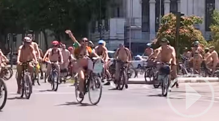 En bici y 'desnudos' ante los coches