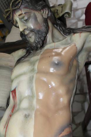 Proceso de limpieza del Cristo del Calvario de Pinto
