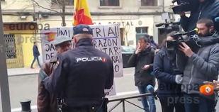Polémica por la actuación policial contra un hombre que protestaba en Ferraz