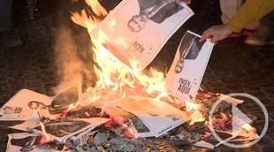 Los independentista queman fotos del Rey