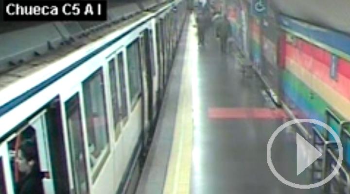Un policía fuera de servicio rescata a un hombre que habia caído a las vías del Metro