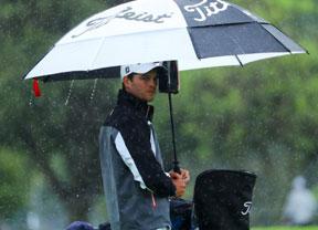 La lluvia obliga a suspender la primera jornada con Anglés (-5) como mejor español