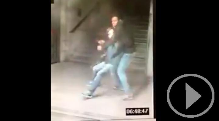 Vídeo del atraco por el método de asfixia en el Metro de Madrid