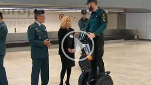 La Guardia Civil patrulla en 'segway' por el aeropuerto Adolfo Suárez Barajas