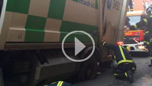 La rueda de un camión de la basura queda encajada en un socavón en Vallecas