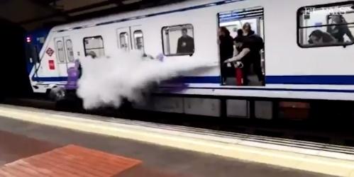 Un conductor de Metro rocía con un extintor a unos grafiteros