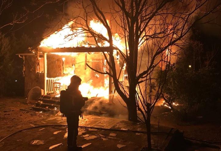 Los bomberos sofocan el fuego originado en un chalet en Colmenar del Arroyo