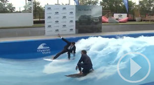 Los campeones Andy y Garazi surfean sobre la ola artificial de Madrid