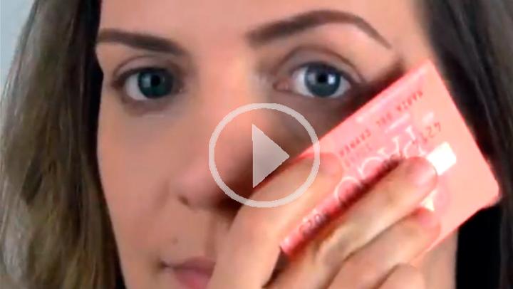 5 trucos de maquillaje usando una tarjeta de crédito...caducada