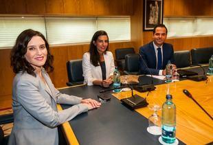 Isabel Díaz Ayuso (PP),   Ignacio Aguado (Cs) y Rocío Monasterio (Vox), en su primera reunión a tres bandas, esta tarde, en la Asamblea de Madrid.